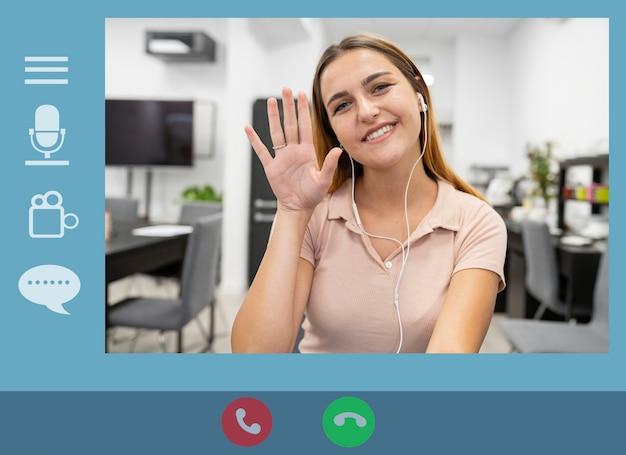 Computerscherm met een jonge vrouw die een videogesprek beantwoordt