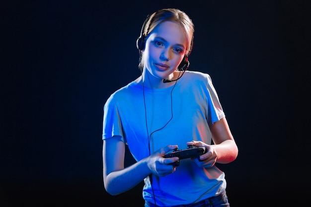 Computerspellen. aangename aardige vrouw die lacht terwijl ze een gameconsole vasthoudt