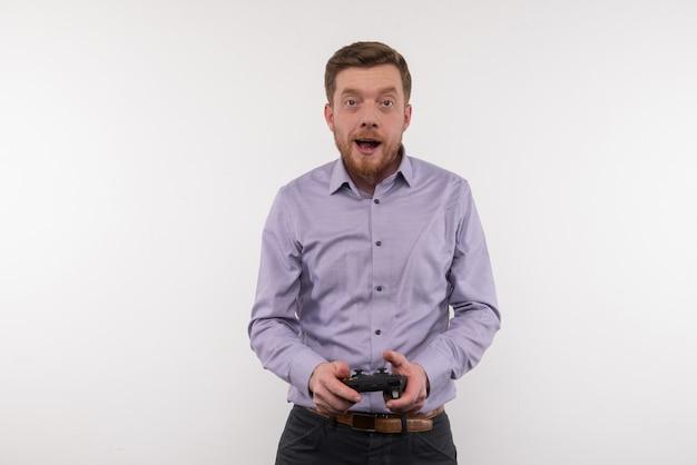 Computerspellen. aangename jongeman die plezier heeft tijdens het spelen van videogames