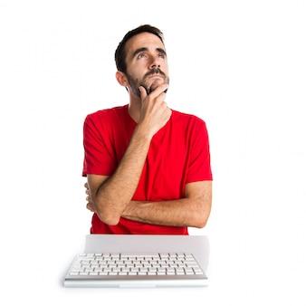Computertechnicus die met zijn toetsenbord het denken werkt