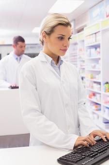 Concentreer apotheker met behulp van de computer