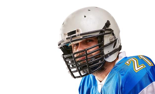 Concept amerikaans voetbal, portret van amerikaanse voetballer in helm met patriottische blik