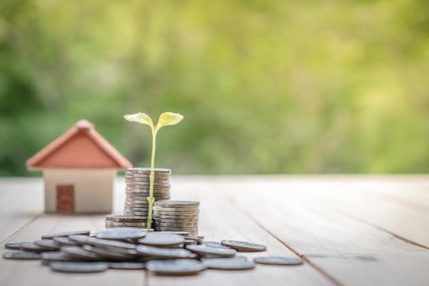 Concept besparingsgeld voor een huis. de bedrijfsfinanciën en het geldconcept, sparen geld voor in de toekomst voor te bereiden
