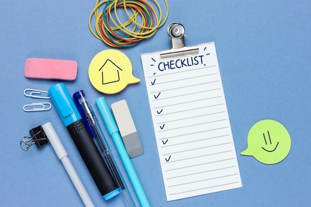 Concept collage op een financieel thema. een budget plannen of winkelen. controlelijst, potlood, briefpapier, notities. blauwe achtergrond