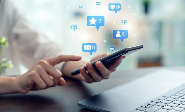 Concept communicatienetwerk. vrouw hand druk op smartphone en toon sociale media op de mobiel.