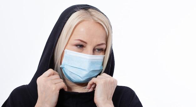 Concept coronavirus, covid-19 respiratoir virus. vrouw die gezichtsmasker draagt.