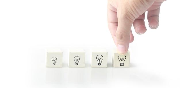 Concept creatief idee en innovatie. kubusblok in de hand met symbool