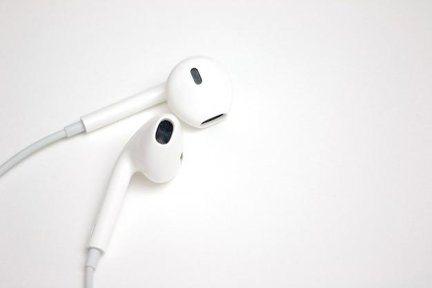 Concept digitale muziek witte hoofdtelefoons met exemplaarruimte voor tussenvoegsel verwoording of beeld