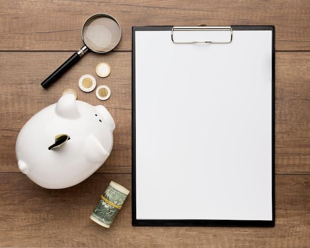 Concept economie met het exemplaarruimte van het spaarvarken