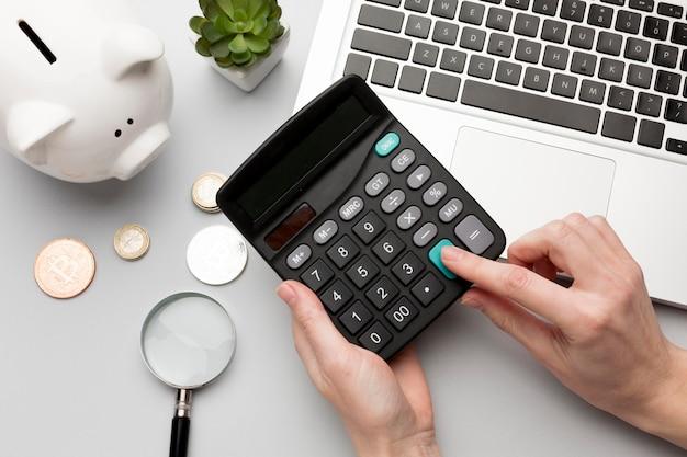 Concept economie met spaarvarken en calculator