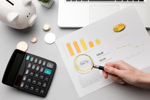 Concept economie met spaarvarken en grafieken