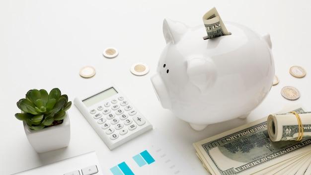 Concept economie met spaarvarken met bankbiljetten