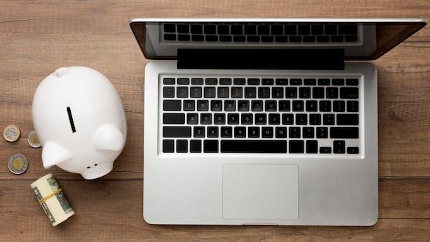 Concept economie met spaarvarken op laptop