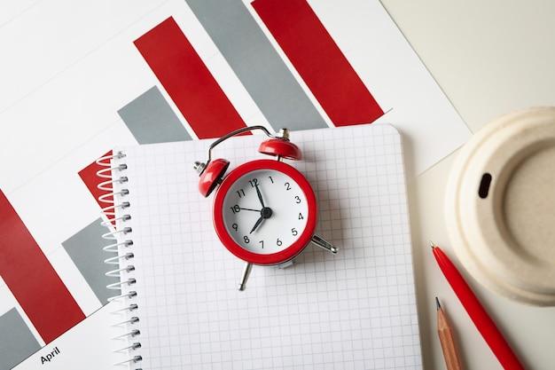 Concept financiële planning met wekker