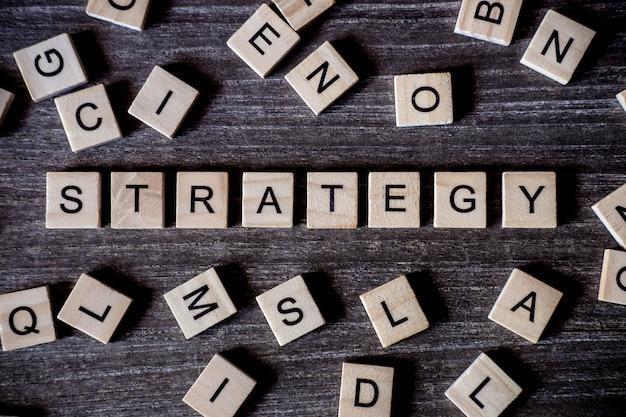 Concept gepresenteerd door kruiswoordraadsel met woorden-strategie met veel houten kubussen