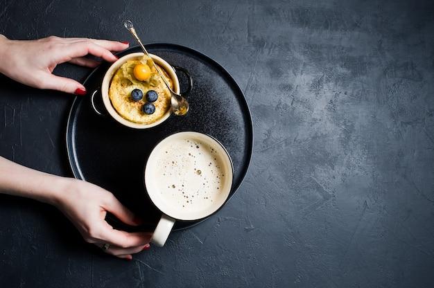 Concept gezond ontbijt, rijstpudding en een kopje koffie.