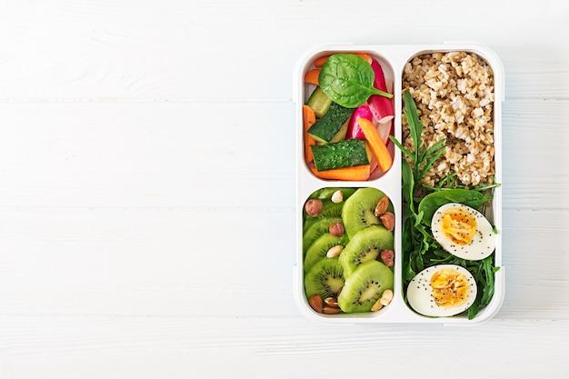 Concept gezond voedsel en sport levensstijl. vegetarische lunch.