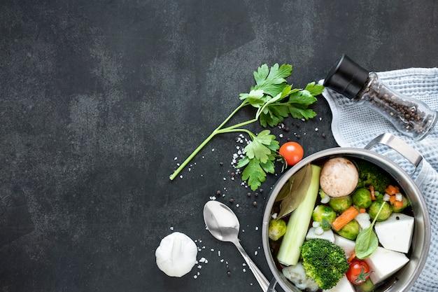Concept gezonde soep die met kruiden eten