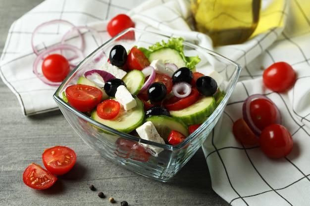 Concept heerlijk eten met griekse salade op geweven grijs