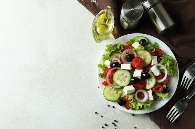 Concept heerlijk eten met griekse salade op geweven wit