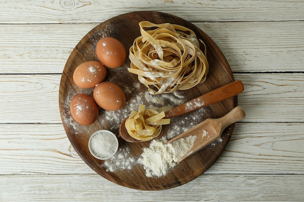 Concept het koken van deegwaren op houten witte