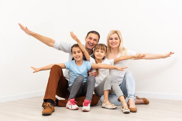 Concept huisvesting van een jong gezin. moeder vader en kinderen in een nieuw huis