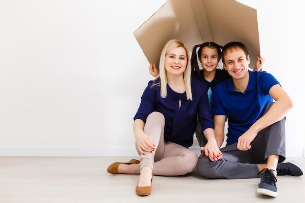 Concept huisvesting van een jong gezin. moedervader en kind in nieuw huis
