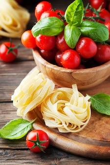 Concept italiaans eten met basilicum, pasta en tomaat, selectieve aandacht