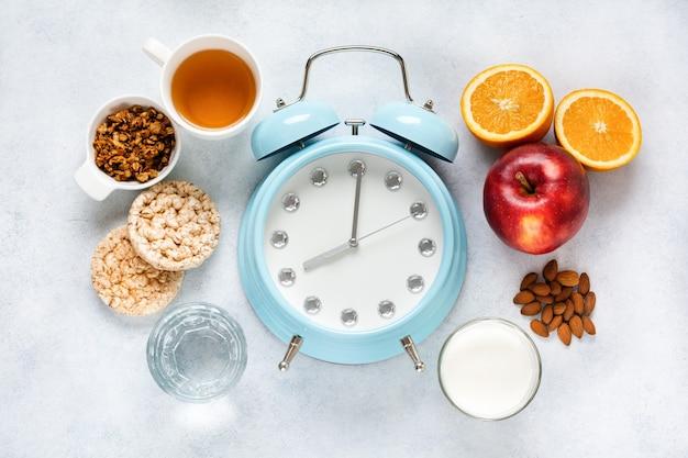 Concept juiste geportioneerde voeding voor gezondheid berekend door de klok