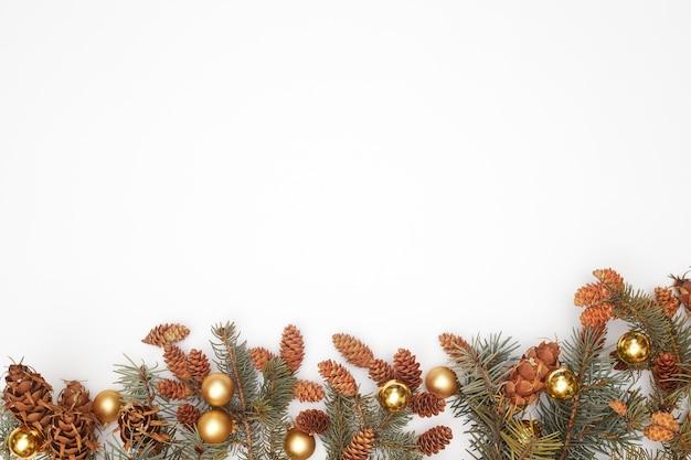 Concept, kerstversiering op witte achtergrond isoleren, flatley, kopieer ruimte