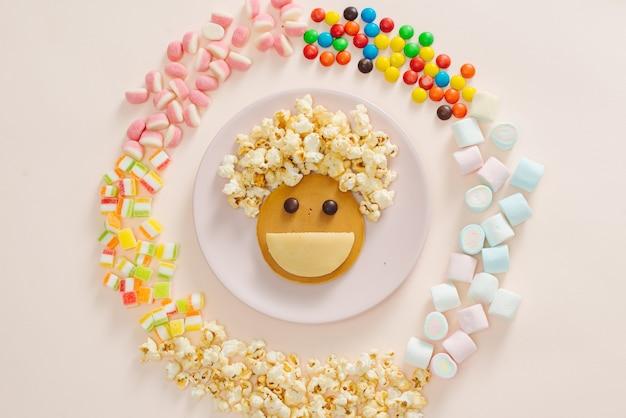 Concept kid ontbijt met pannenkoek bovenaanzicht op witte achtergrond