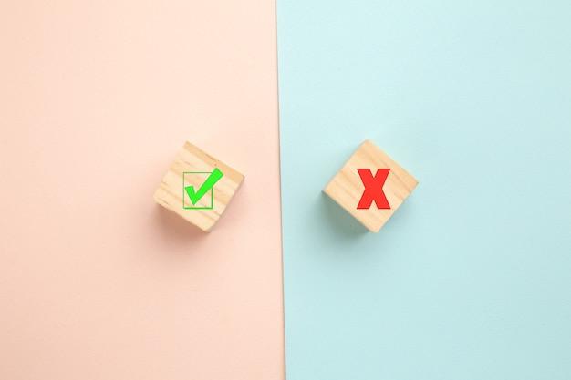 Concept kiezen. ja of nee op houtblogs op een kleurrijke achtergrond.