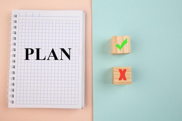 Concept kiezen. plan in notitieboekje en ja of nee op houtblogs op kleurrijke achtergrond.