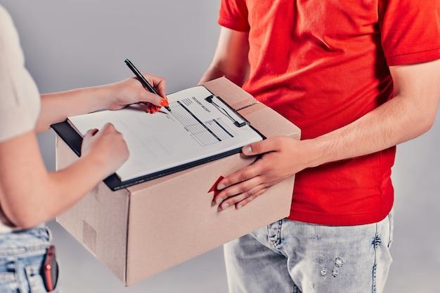 Concept koerier levert pakket voor vrouw.