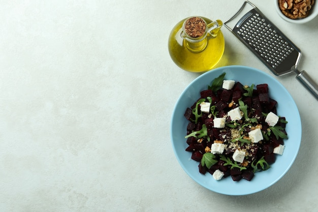 Concept lekker eten met bietensalade op witte gestructureerde tafel