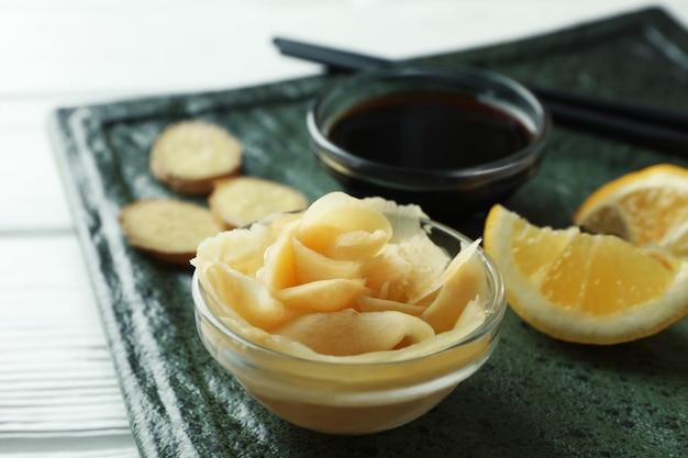 Concept lekker eten met ingelegde gember op witte houten