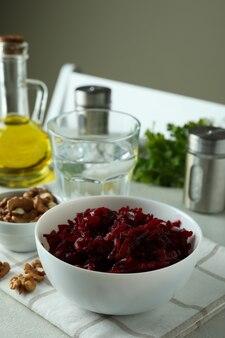 Concept lekker eten met kom bietensalade op witte gestructureerde tafel