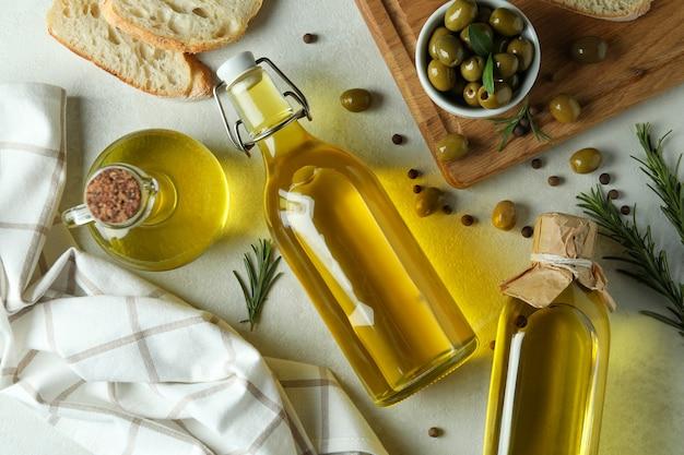 Concept lekker eten met olijfolie op geweven wit