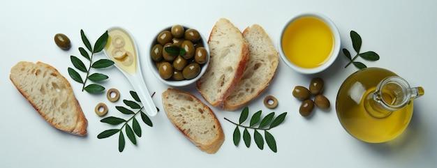 Concept lekker eten met olijfolie op wit