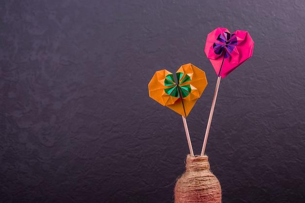 Concept liefde handgemaakte papercraft origami bewerkte gekleurd papier harten close-up shot in studio valentijnsdag