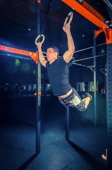 Concept macht kracht gezonde levensstijl sport krachtige aantrekkelijke gespierde man bij crossfit gym