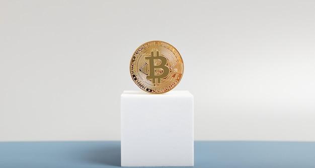 Concept met gouden bitcoins-ladder op forex grafiekachtergrond
