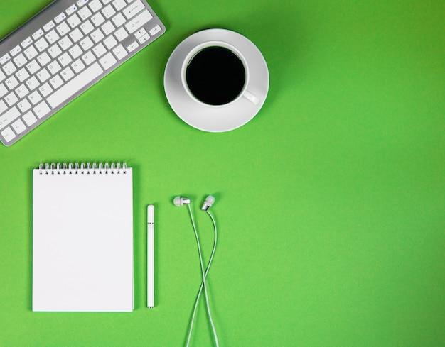 Concept online conferentie desktop thuiswerken en leren concept bloggen online onderwijs