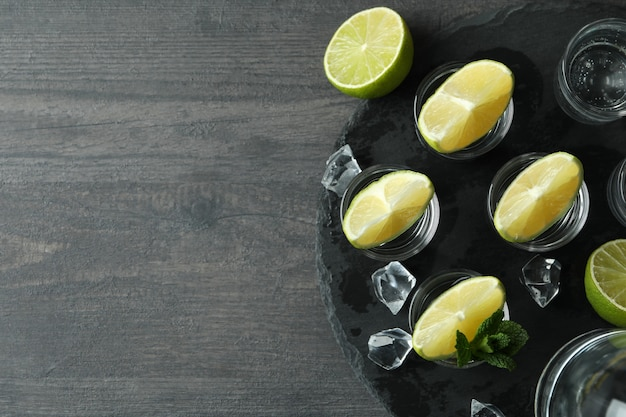 Concept partydrank met schoten van wodka op zwarte dienblad