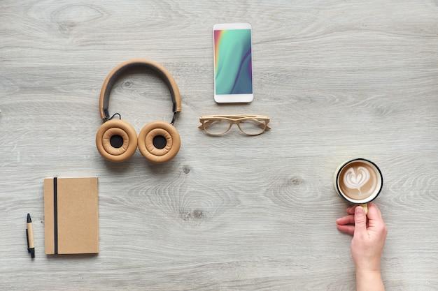 Concept plat met moderne kantoorbenodigdheden van milieuvriendelijke duurzame materialen zonder plastic voor eenmalig gebruik om afval te verminderen en een duurzame levensstijl te organiseren.