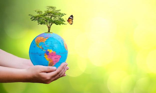 Concept red de wereld red de omgeving. earth globe in handen