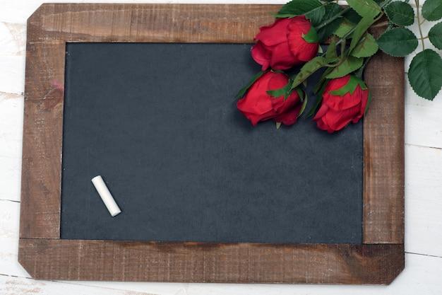 Concept romantisch, klein bord en drie rozen