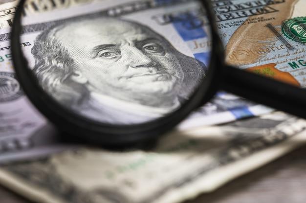 Concept rond het thema van het controleren van geld op echtheid