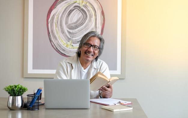 Concept senior koppelt gebruik van laptop voor digitale online. ouderen die het gebruik van laptop bestuderen