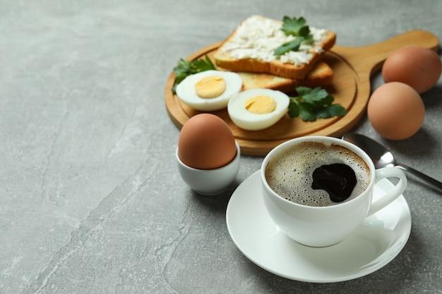 Concept smakelijk ontbijt met gekookte eieren op grijze geweven lijst